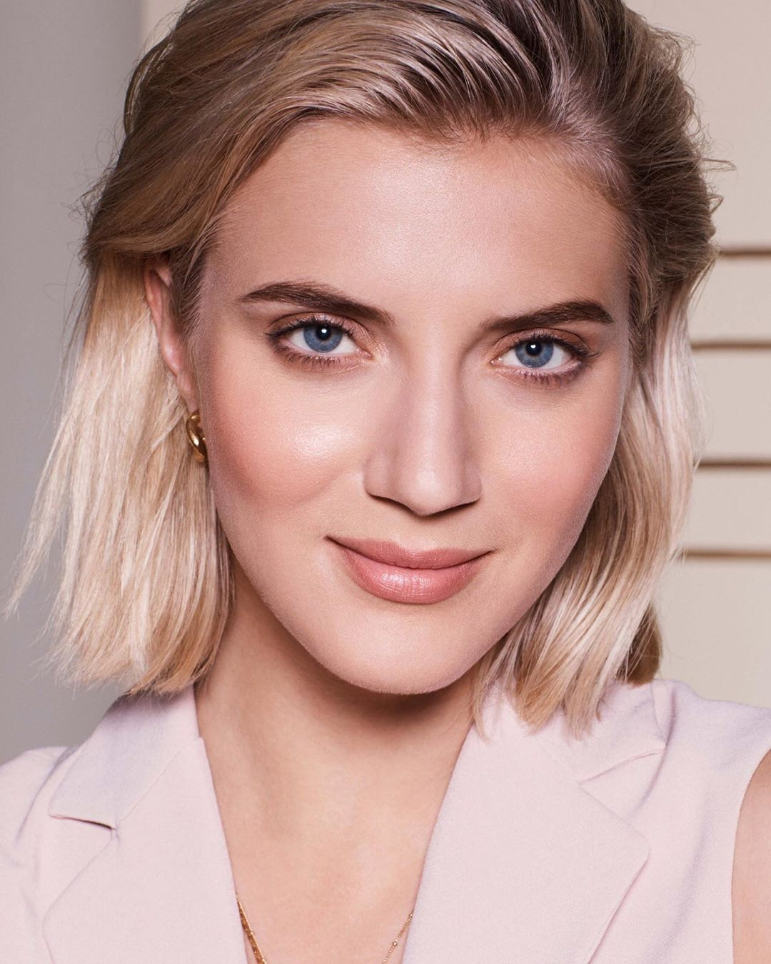 Max Factor - Miracle Second Skin foundation is suitable for all skin types, including those with sensitive skin AND it's clinically proven to support skin renewal. It also contains SPF20 for added pro...