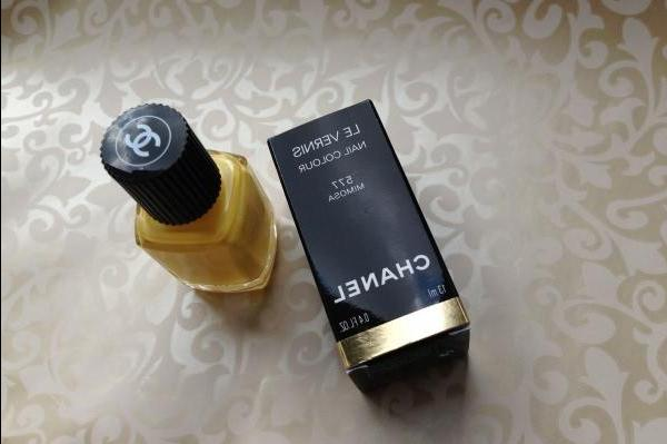 Chanel Le Vernis Nail Colour Mimosa # 577 or perfect yellow - review