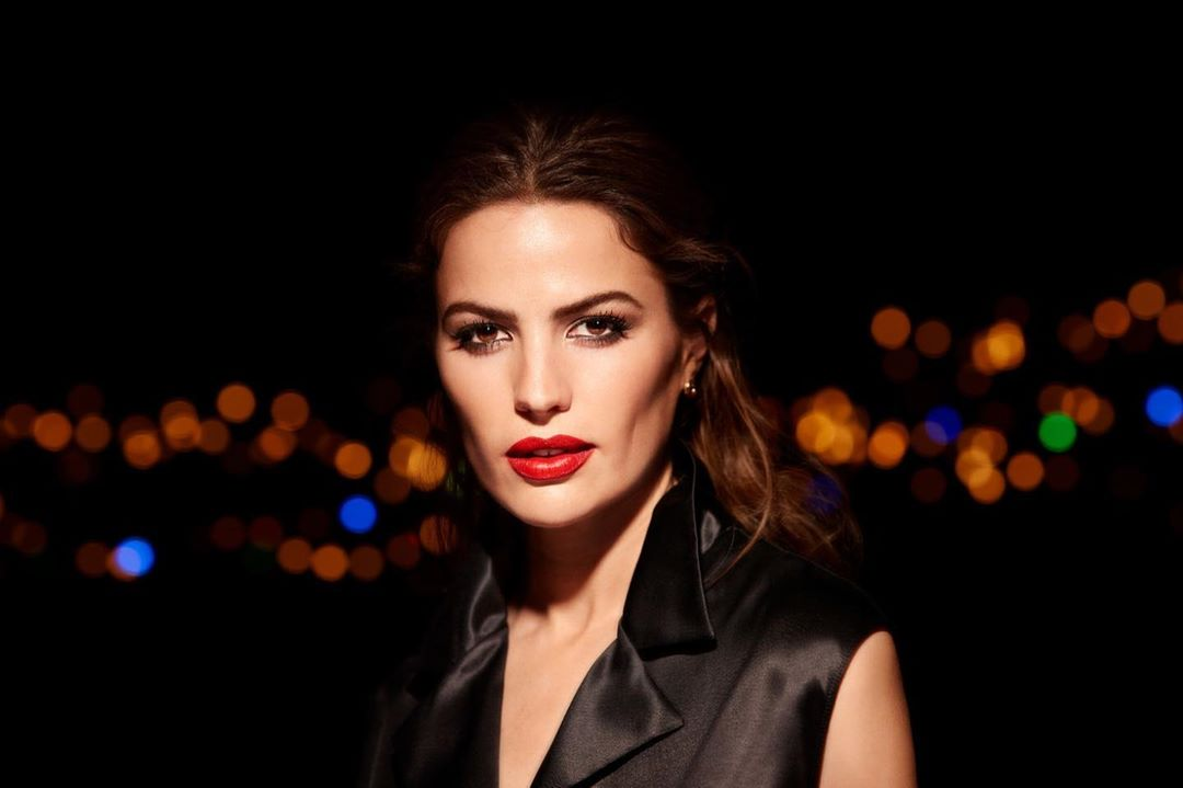 Max Factor - The perfect red lip!💋 A behind the scenes moment from @CameronRussell wearing Lipfinity Lip Colour in Shade Scarlet. ❤️   #LipFinityRisingStars #LipFinity #limitededition #24hours #longla...